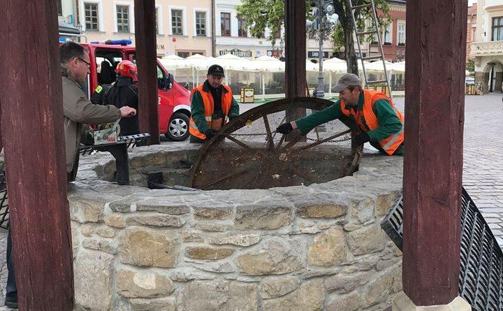 Rzeszów. Wiosenne porządki na rzeszowskim Rynku, czyli oczyszczanie studni
